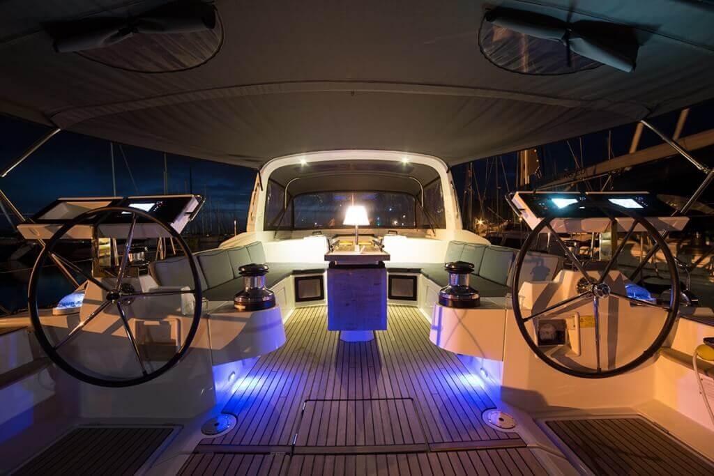 kormidlá jachty Oceanis 55 v noci