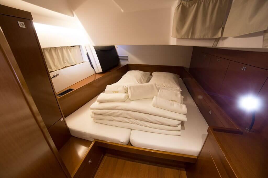 biela manželská postel v kajute jachty Oceanis 55