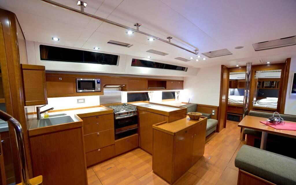 luxusný interiér jachty Oceanis 55