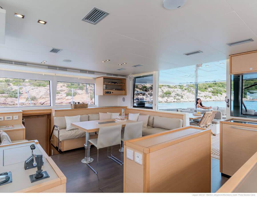 luxusný interiér katamaranu Lagoon 560