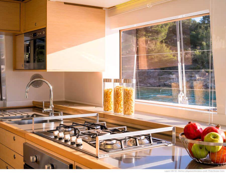 kuchyňa s výhľadom na more katamaranu Lagoon 560