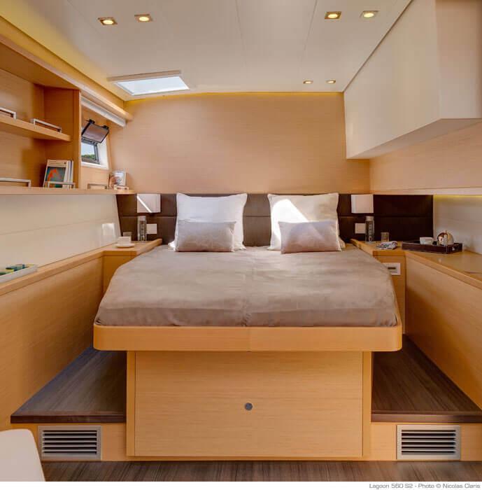manželská posteľ v kajute katamaranu Lagoon 560