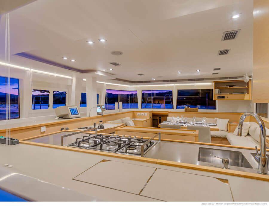 luxusná kuchyňa katamaranu Lagoon 560