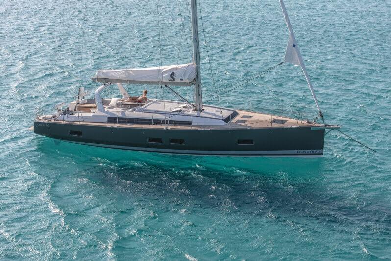 jachta Oceanis 55 ukotvená na azúrovom mori