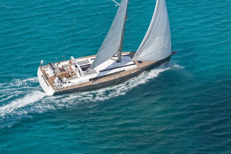 jachta Oceanis 55 plachtí po mori