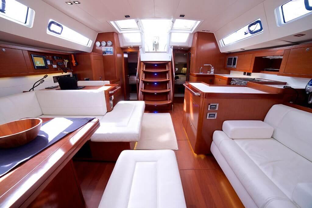 luxusný interiér jachty Beneteau Oceanis 58