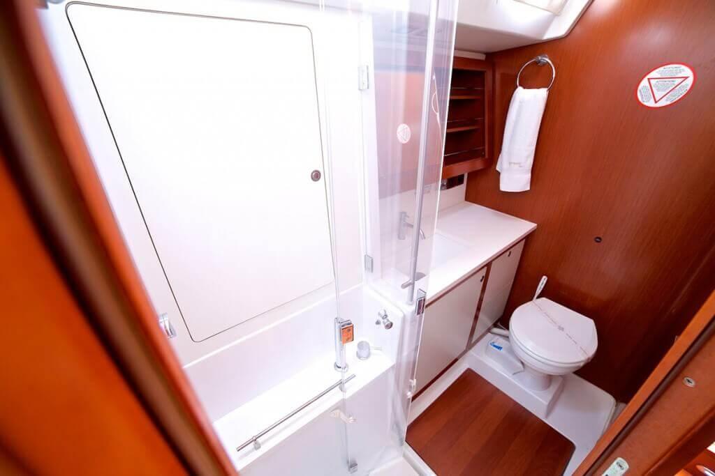kúpeľňa s WC na jachte Beneteau Oceanis 58