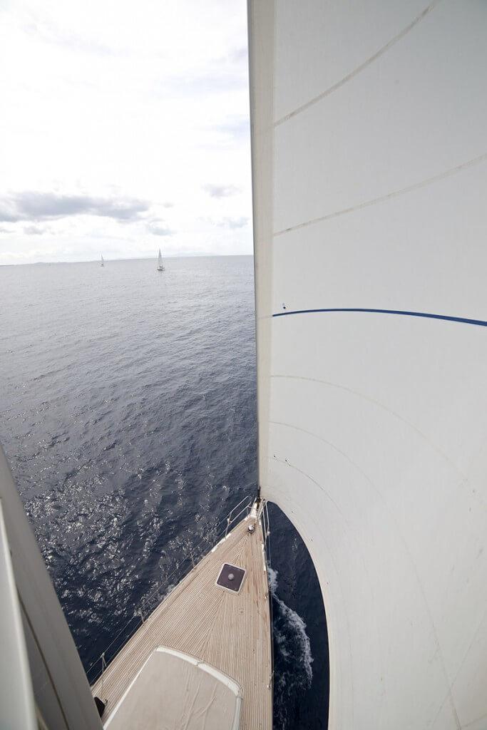 výhlad z hlavného sťažňa na more a ostatné jachty