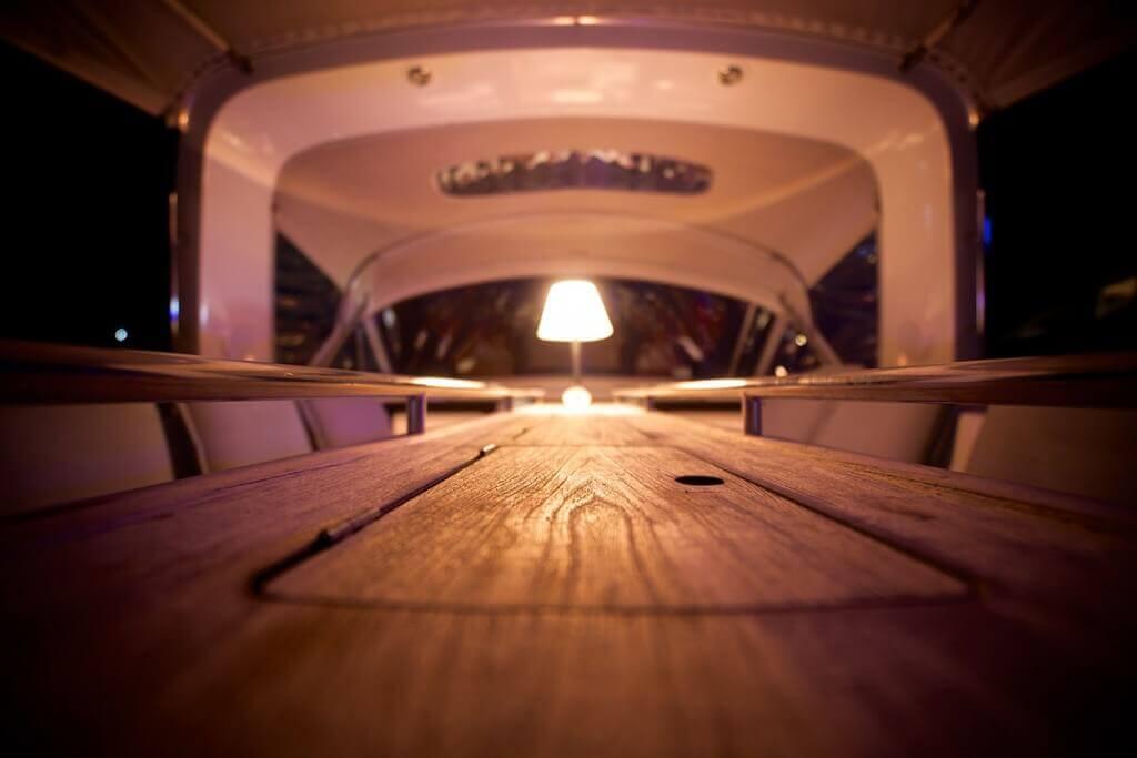 paluba jachty beneteau oceanis 58 v noci