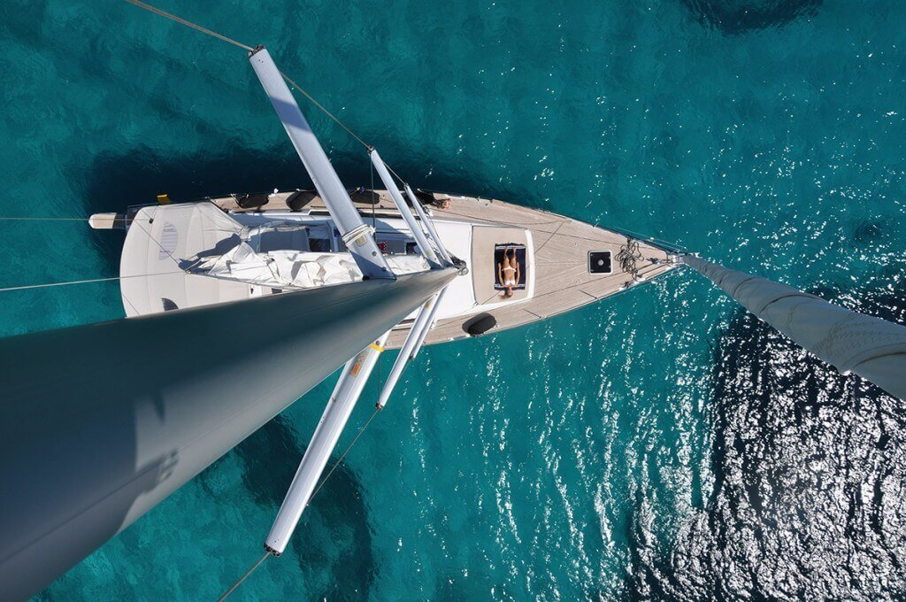 pohľad dole na ženu z hlavného sťažňa plachetnice Axiera Beneteau Oceanis 58