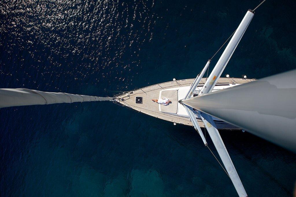 pohľad dole na muža z hlavného sťažňa plachetnice Axiera Beneteau Oceanis 58