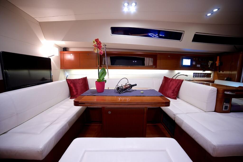 fľaša vína na stole jachty Beneteau Oceanis 58