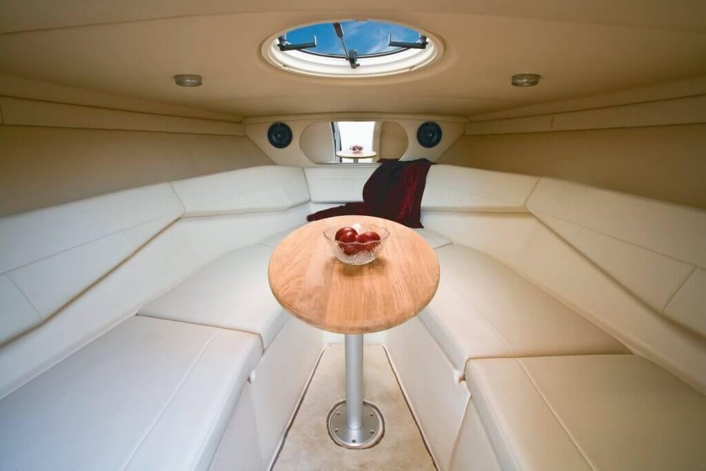 interiér motorového člnu Regal 2750