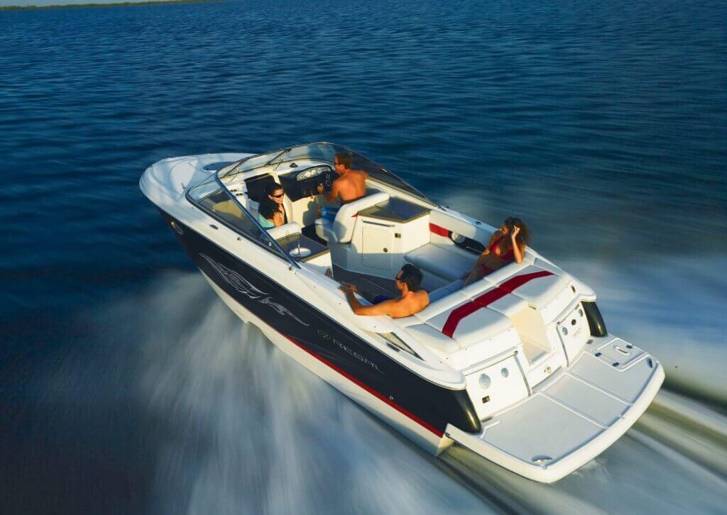 motorový čln Regal 2750 s posádkou