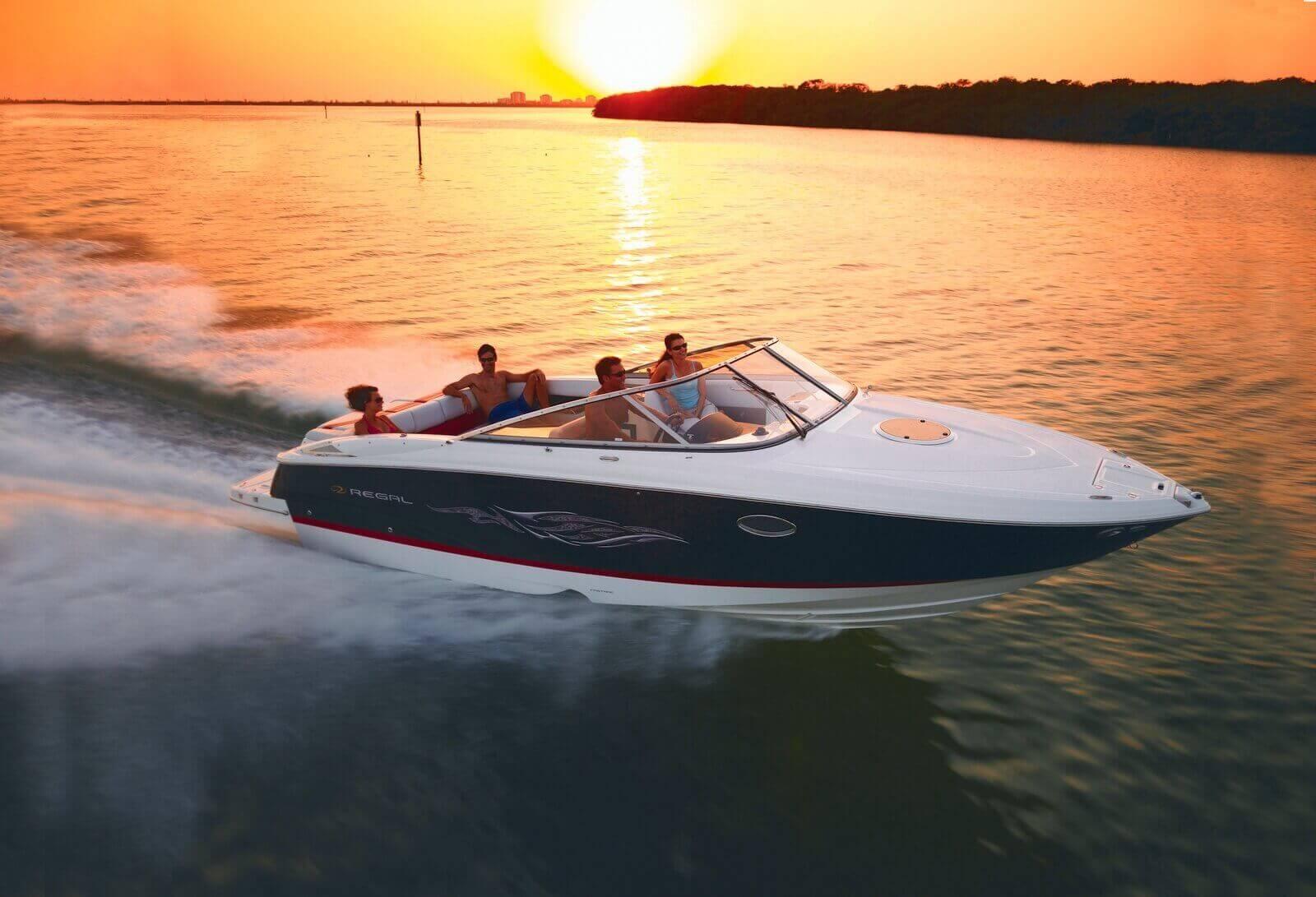 motorový čln Regal 2750 sa plaví pri západe slnka