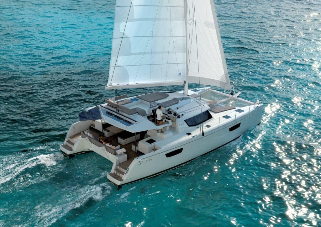 katamaran Saba 50 sa plaví v azúrovom mori