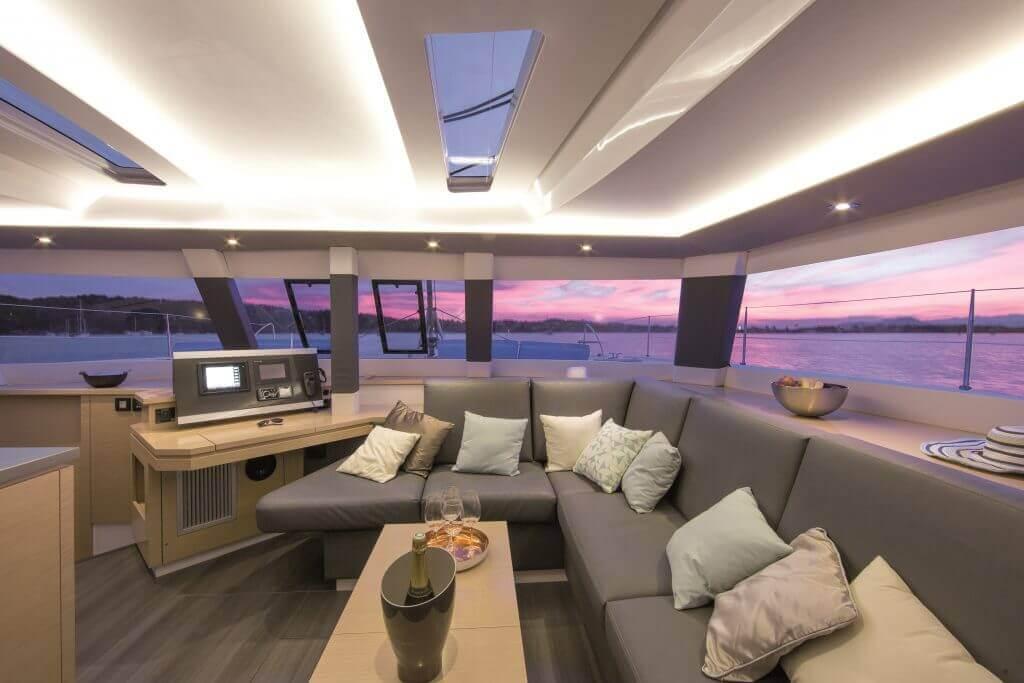 šampanské v obývačke jachty pri západe slnka