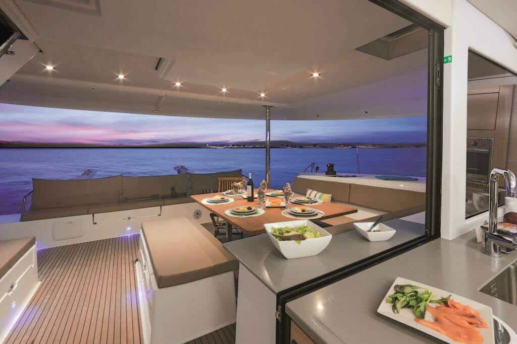 výhľad na prestretú večeru pri západe slnka na jachte