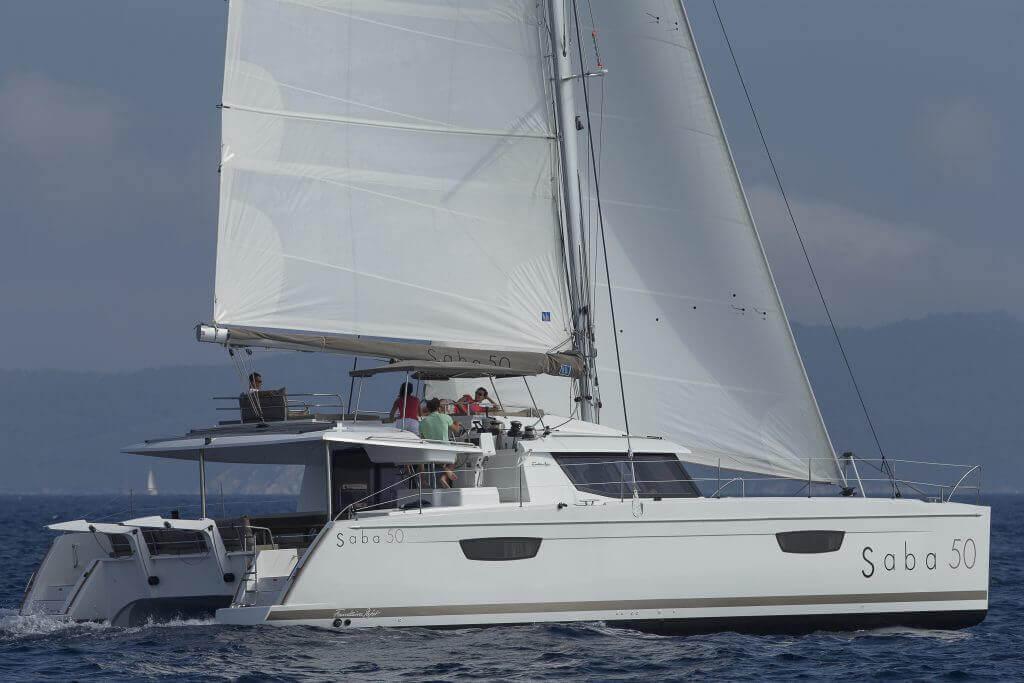 katamaran Saba 50 s posádkou na mori