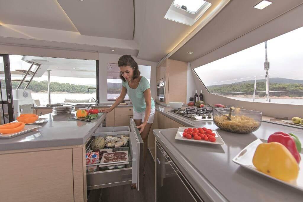 žena pripravuje večeru na luxusnej jachte