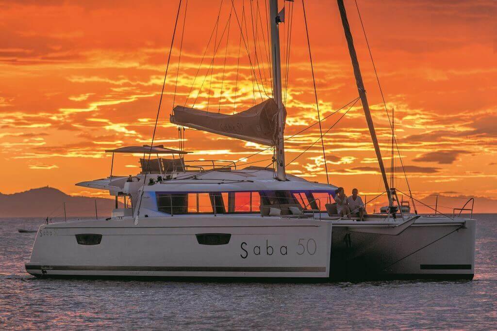 jachta Princess Aphrodite pri červenom západe slnka