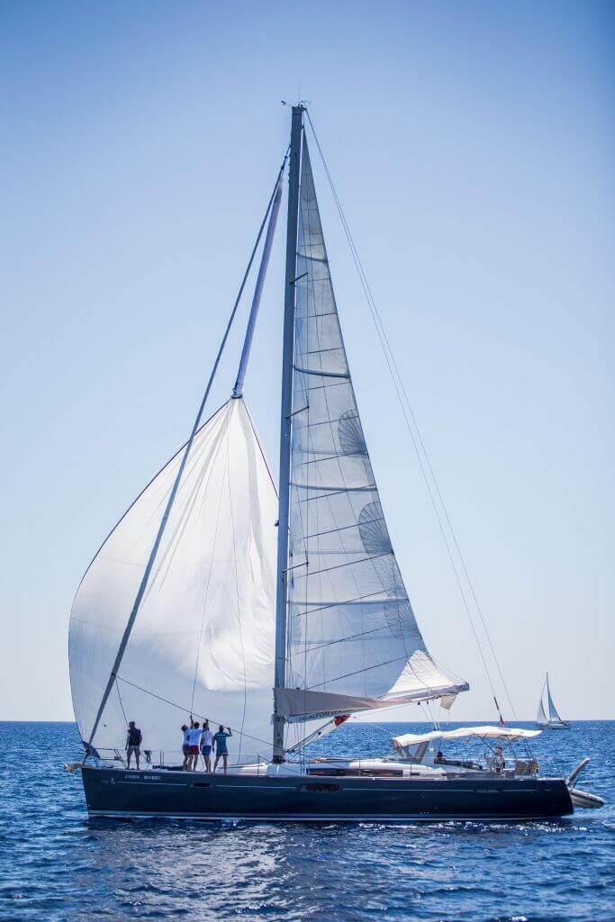 posádka ukotvuje jachtu Axiera