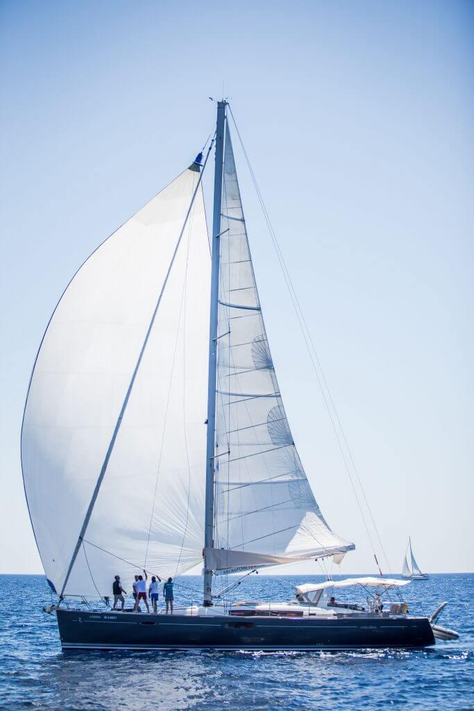 posádka sa plaví na jachte Axiera