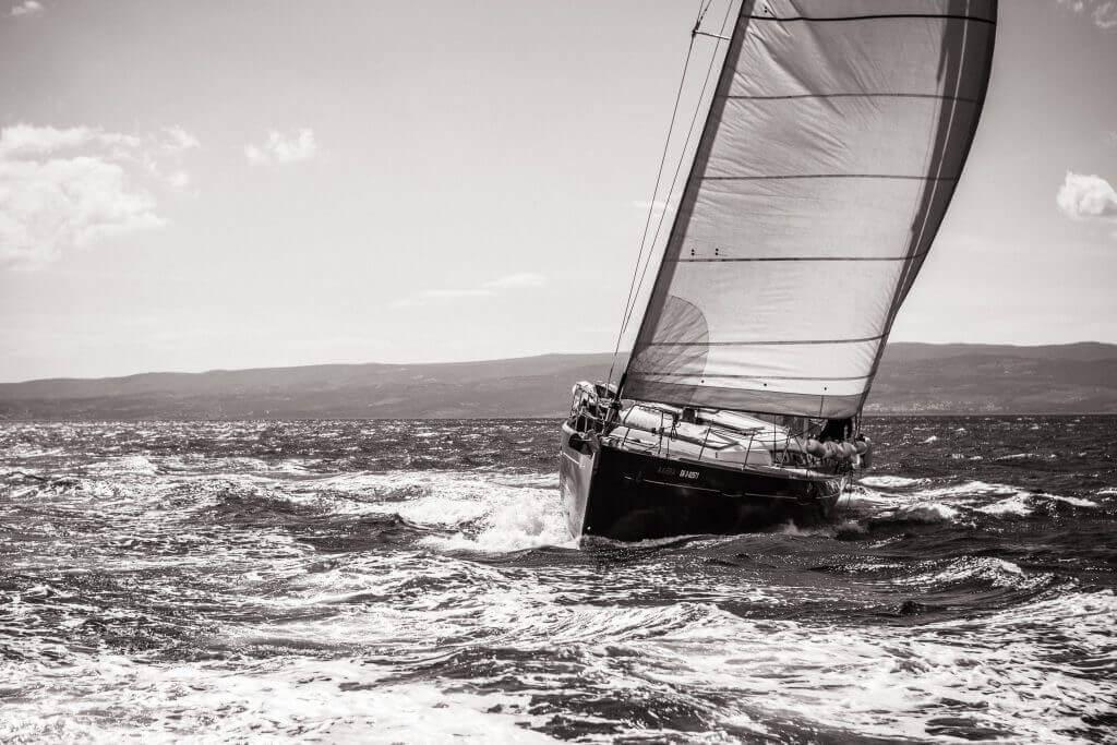 jachta Axiera prechádza cez vlny