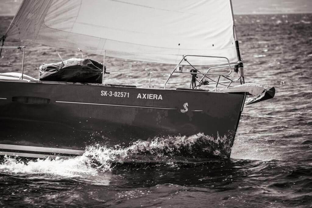 predná časť jachty Axiera