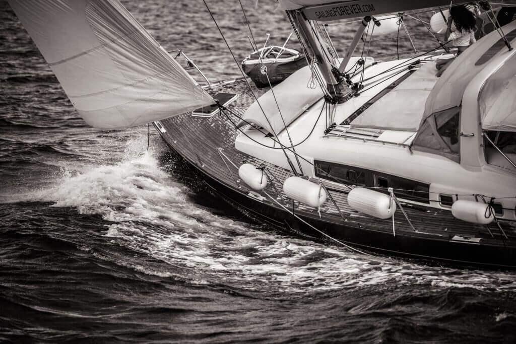 jachta sa plavá rozbúreným morom