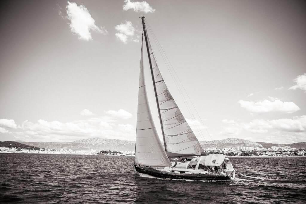 yacht sailing leaning sideways