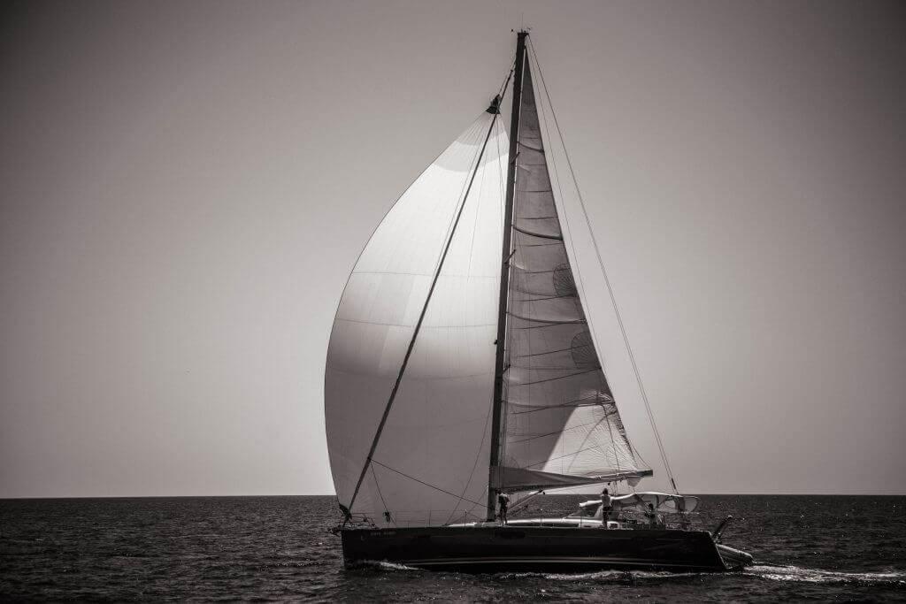 jachta Axiera pri západe slnka