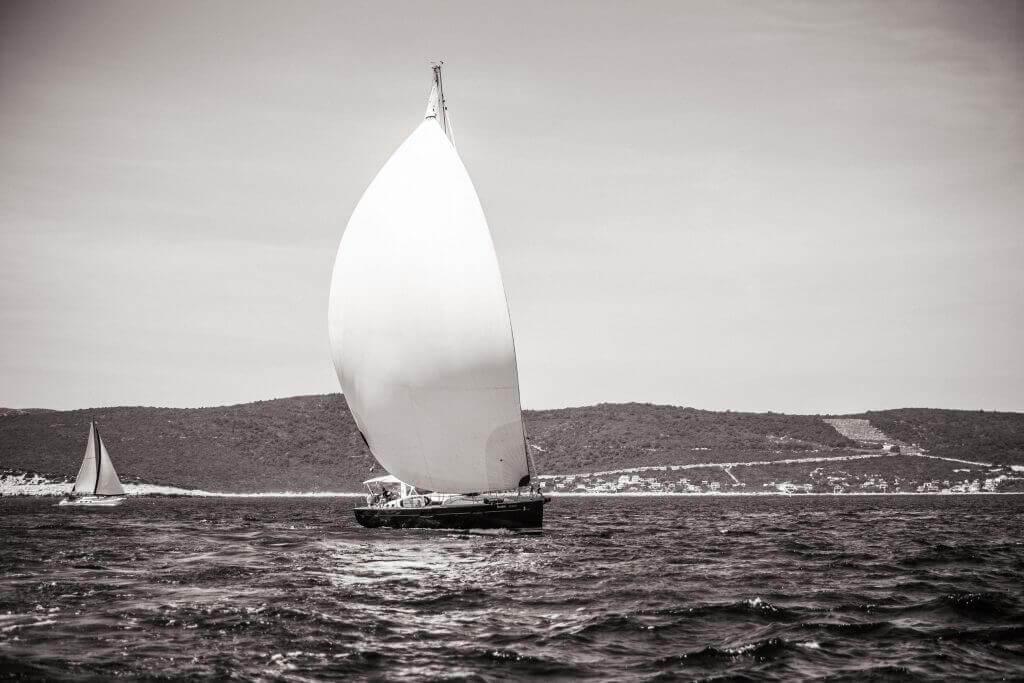 silný vietor poháňa jachtu
