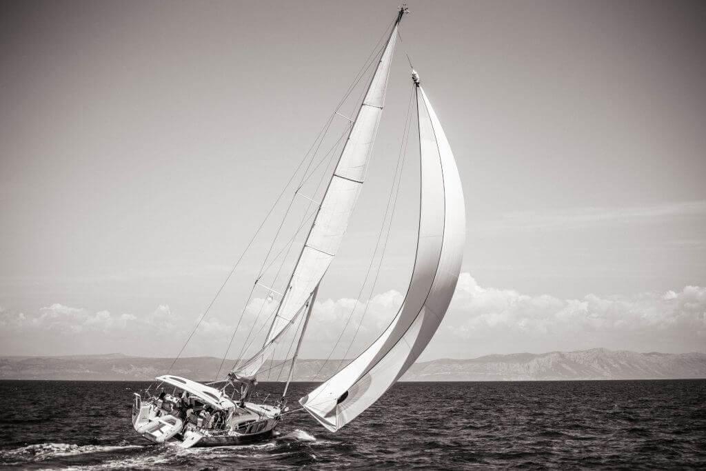 silný vietor unáša jachtu Axiera na more