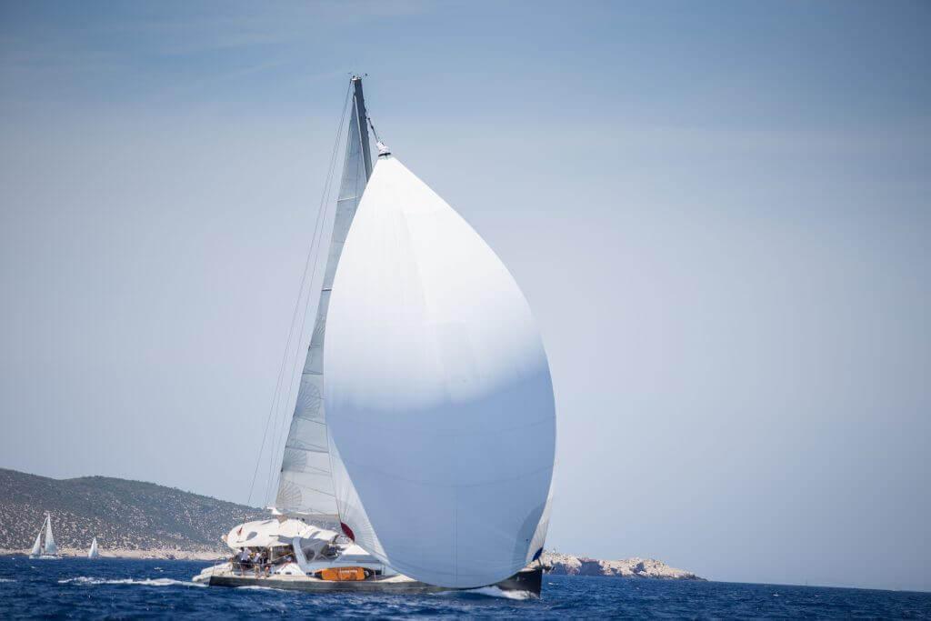 vietor sa oprel do hlavnej plachty jachty Axiera