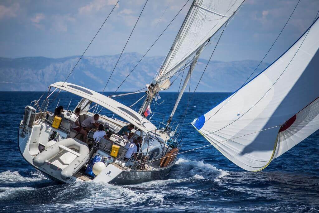 silný vietor na hlavný sťažeň jachty Axiera