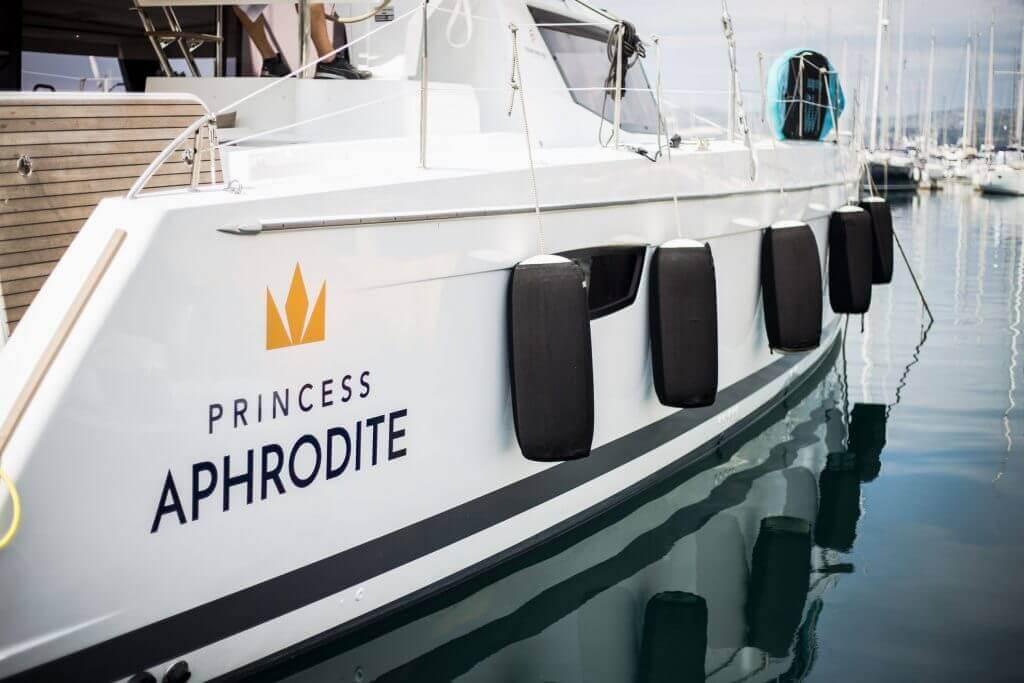 princezná Afrodita kotví v prístave
