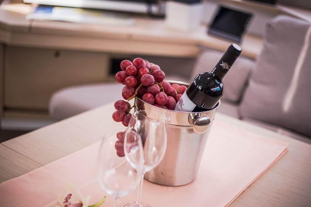 fľaša vína na jachte