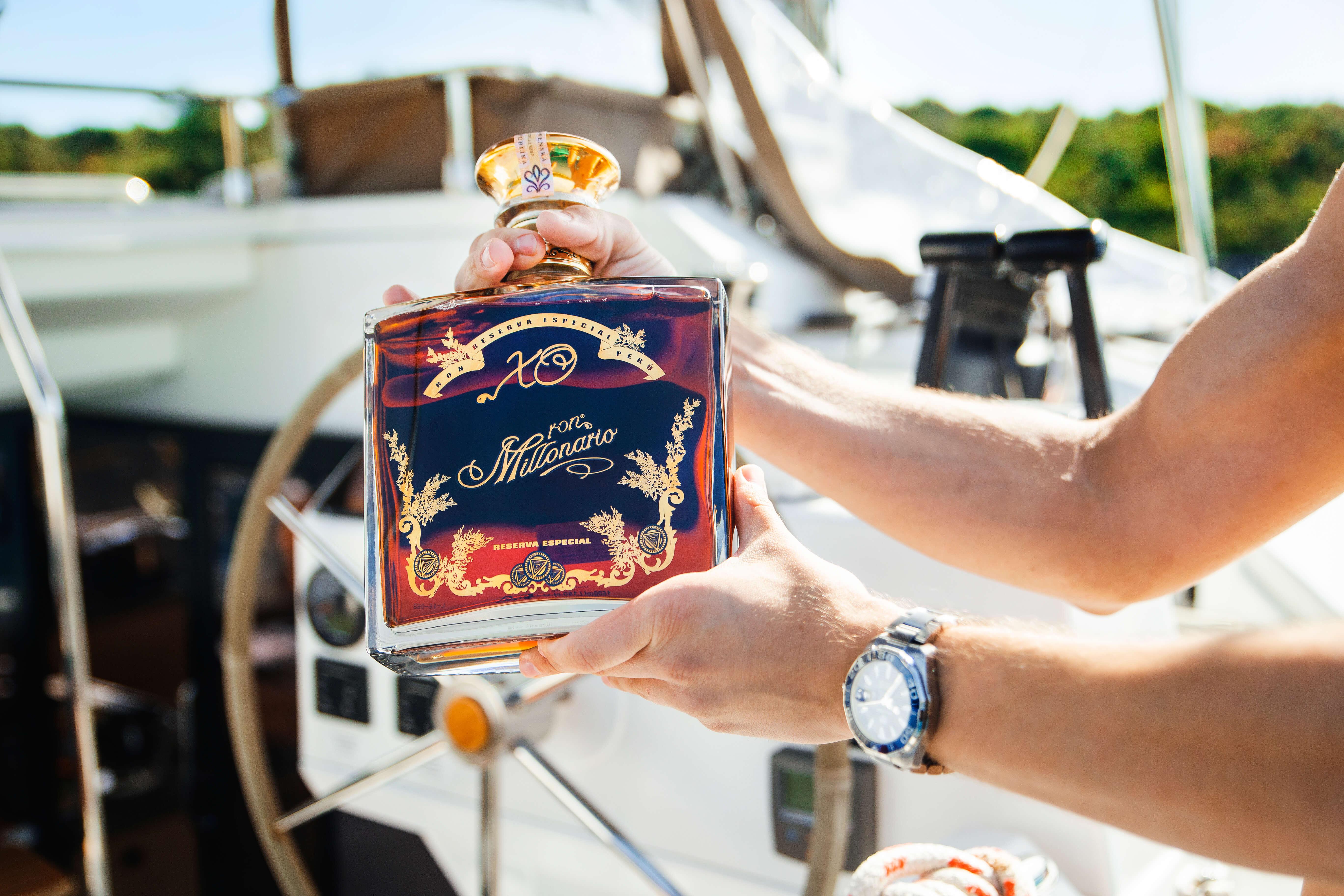 fľaša rumu na jachte
