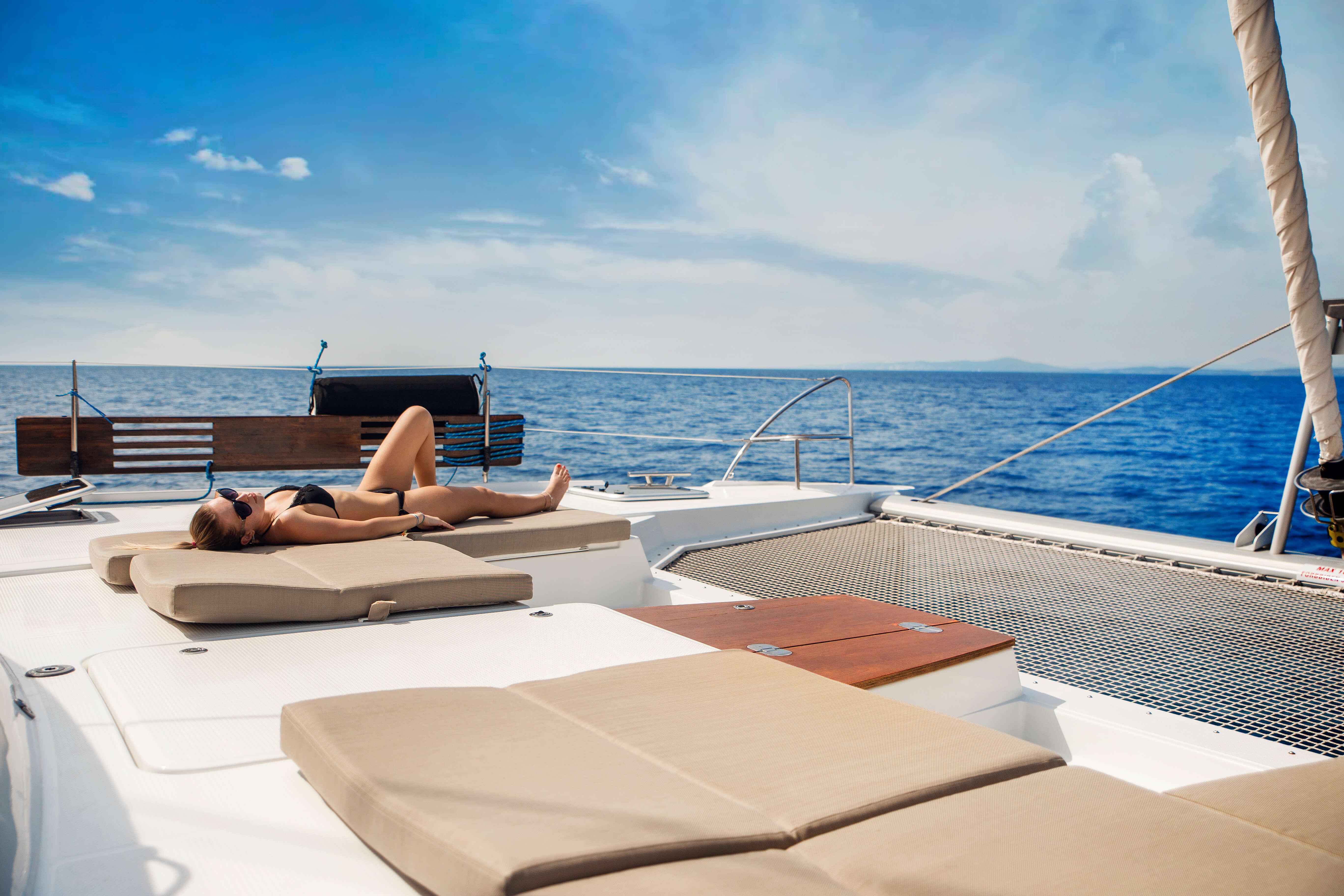 žena leží na luxusnej jachte na mori